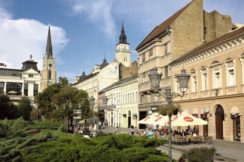 人们在诺维萨德,塞尔维亚咖啡馆和餐馆  免版税库存图片