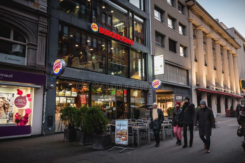 人们在购物的pedestri的汉堡王前面走 库存图片