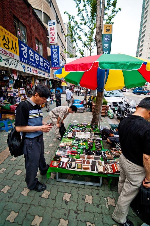 人们在跳蚤市场上在汉城市 免版税库存图片