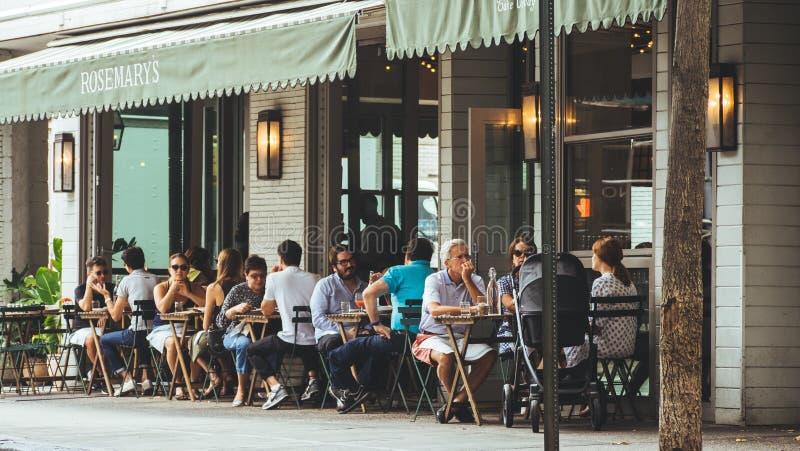 人们在近的咖啡馆之外坐 免版税库存图片