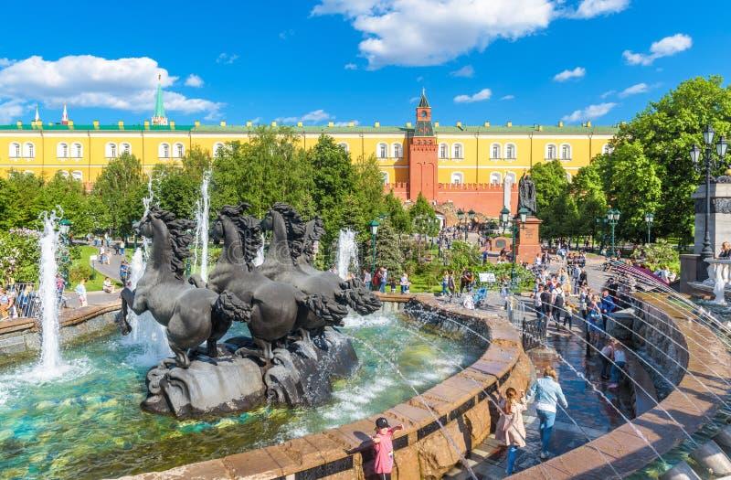 人们在驯马场广场走在夏天莫斯科,俄罗斯 免版税库存图片