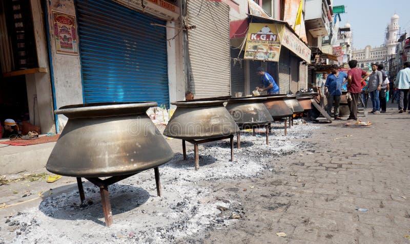 人们在默罕默德先知诞生天烹调与火木头的食物,在街道,发行或哺养peopl的 图库摄影