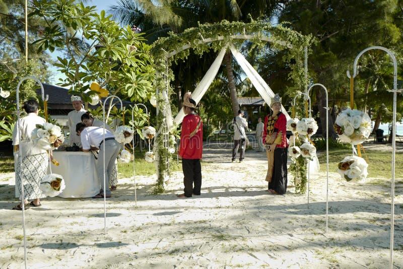 人们在Mataking海岛等待新娘和新郎 免版税库存照片
