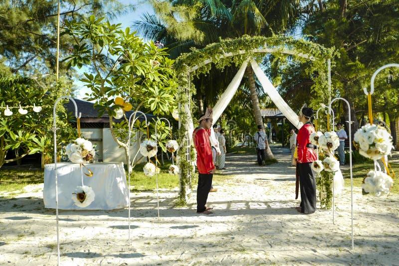 人们在Mataking海岛等待新娘和新郎 图库摄影