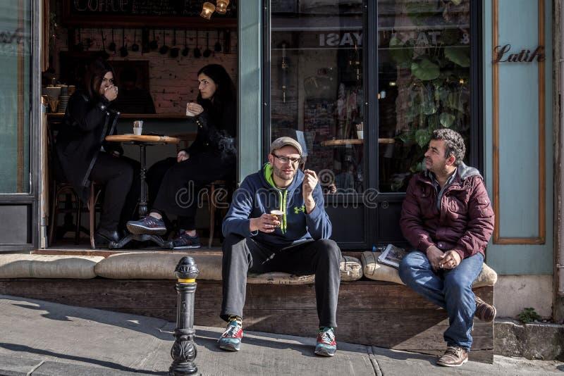 人们坐和喝咖啡在加拉塔咖啡店,在Karakoy区,在Beyoglu,伊斯坦布尔的欧洲部分的 库存照片