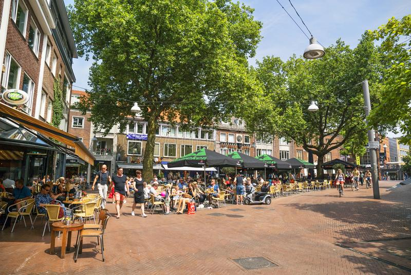 人们坐大阳台在奈梅亨荷兰 库存图片
