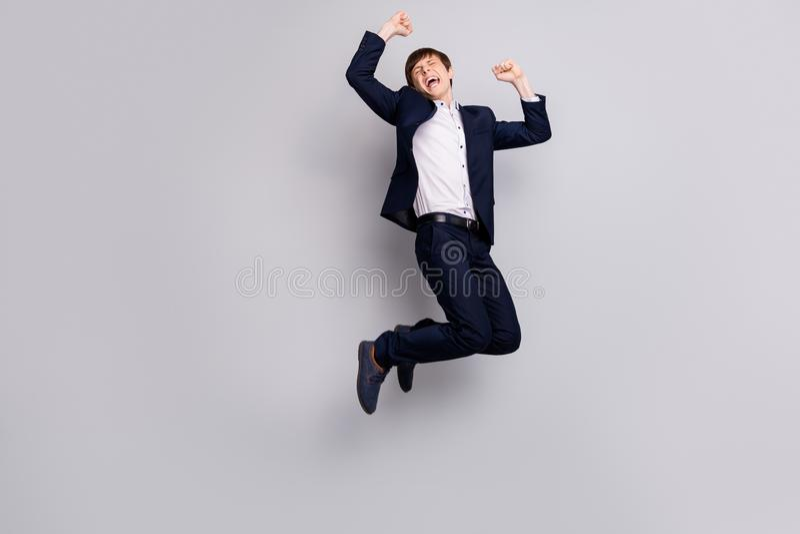 人们尖叫呼喊呀举拳头快乐的高兴学校人的全长身体尺寸视图照片白色服装 免版税库存图片