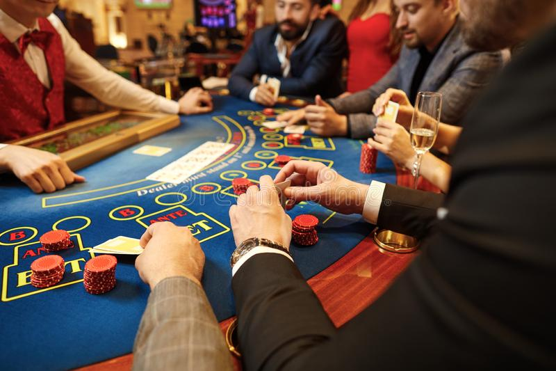 人们打扑克在桌上在赌博娱乐场 库存照片