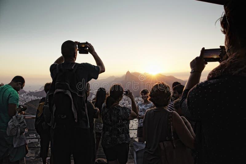 人们拍从Morro Sugarloaf电车的da Urca的照片 库存图片