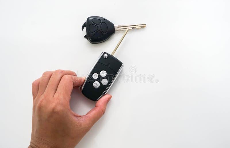 人们拿着现代遥控取代残破遥控的汽车 库存图片