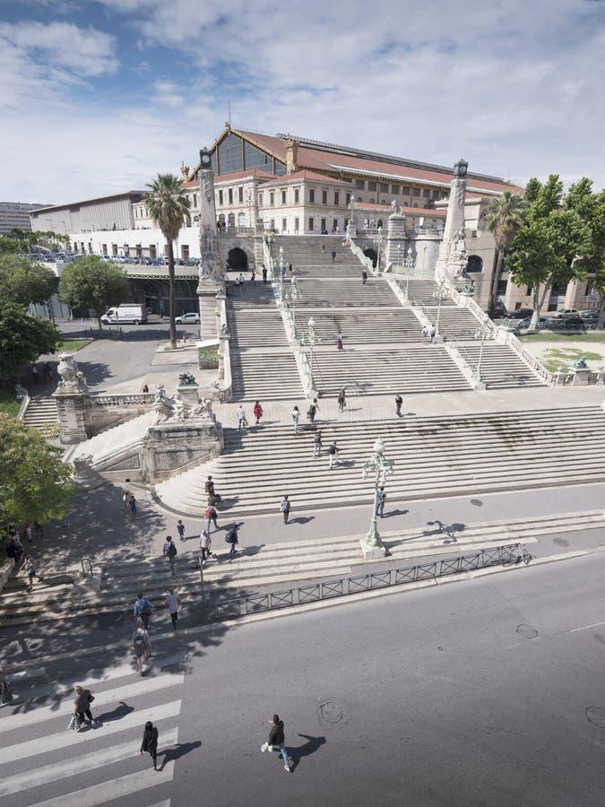 人们攀登台阶对马赛圣查尔斯火车站 库存照片