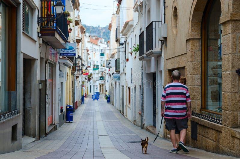 人们是在狭窄的街道上在托萨德马尔普遍的度假村,肋前缘Brava,卡塔龙尼亚,西班牙的历史中心 库存照片
