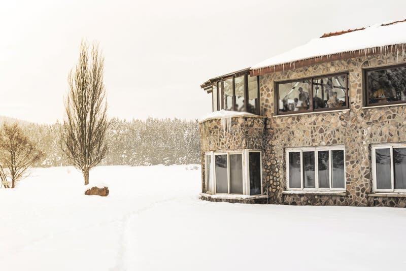 人们有休息在咖啡馆 冬天风景视图 库存照片