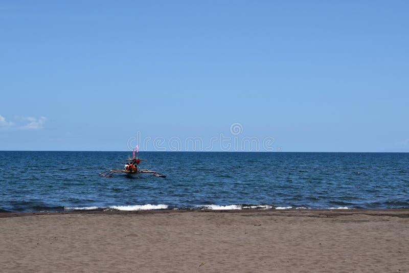 人们有在游船的乐趣骑马在夏天期间 免版税图库摄影