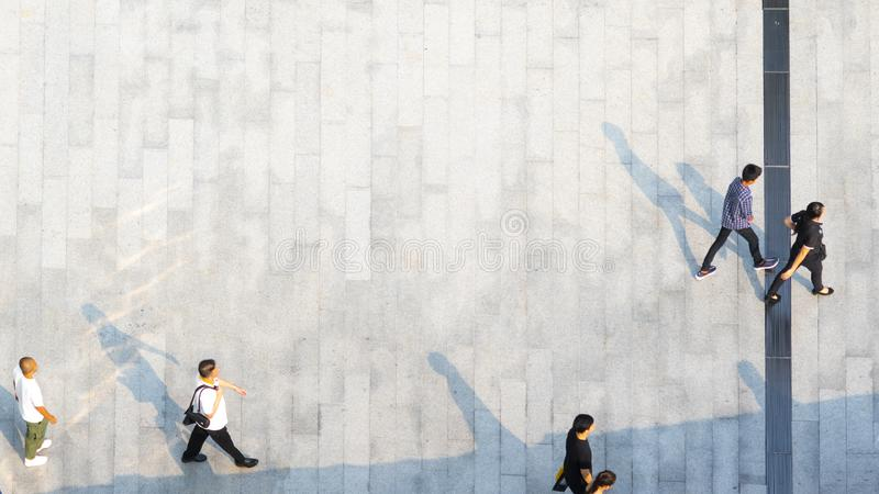 人们横跨与bla的步行具体风景走  免版税库存照片
