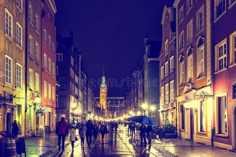 人们沿龙街Dluga走在格但斯克,波兰 免版税图库摄影