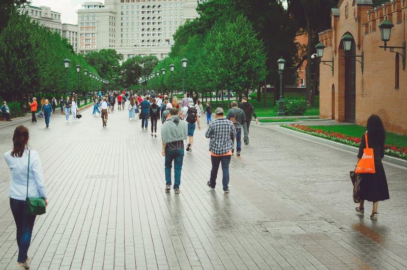 人们沿Manezh广场的亚历山大公园走在莫斯科 免版税库存图片