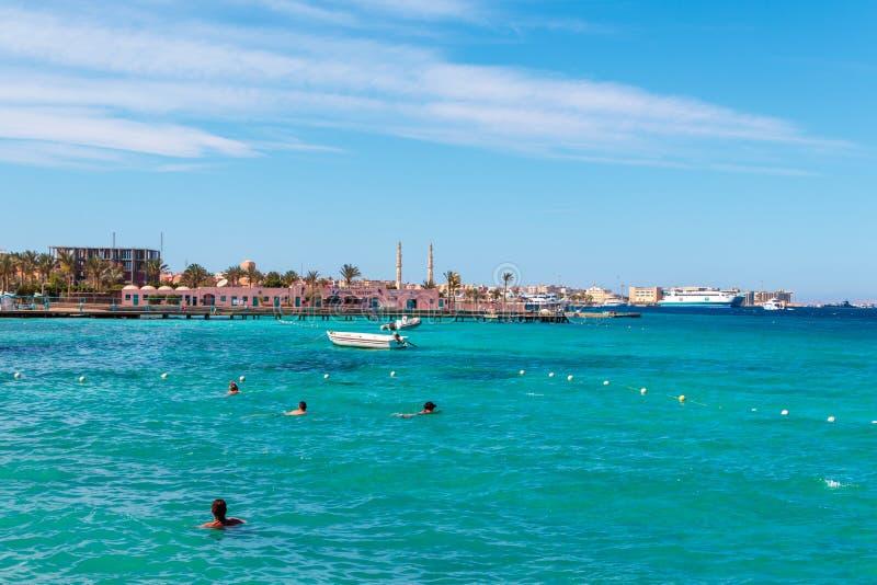 人们游泳在红海的,洪加达,埃及海岸  免版税库存图片