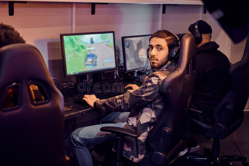 人们演奏计算机游戏在普遍的冠军 免版税库存图片
