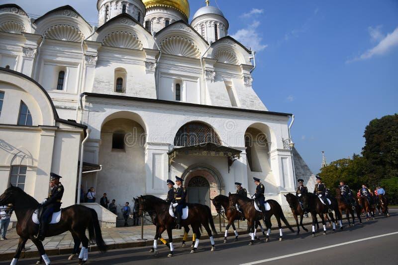 人们由克里姆林宫天使教会乘坐水管 E 库存图片