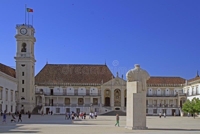 人们由大学正方形走在科英布拉,葡萄牙 免版税库存照片