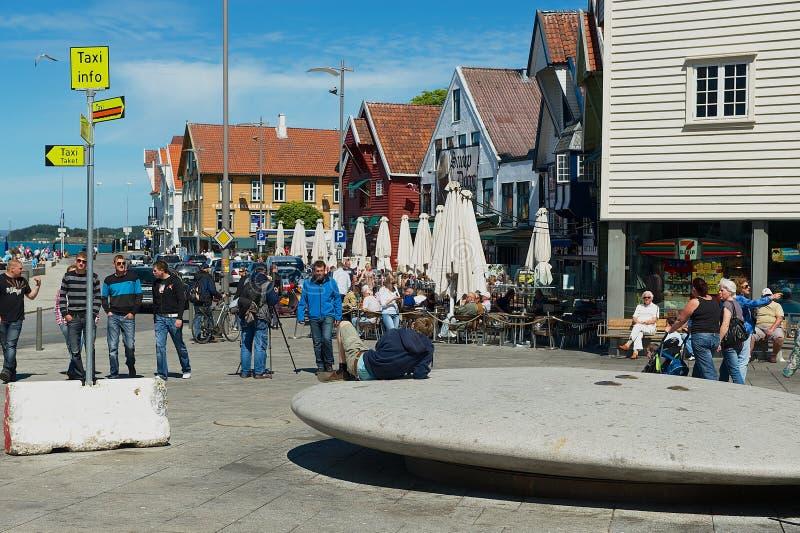 人们由海边街道走在斯塔万格,挪威 图库摄影