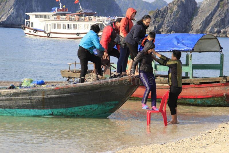 人们留下船给岸 免版税库存照片