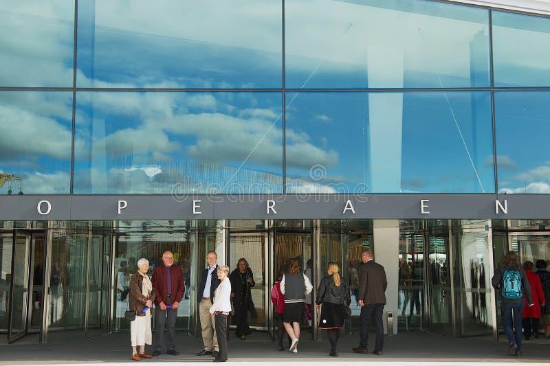 人们站立在入口对全国奥斯陆歌剧院大厦在奥斯陆,挪威 免版税库存图片