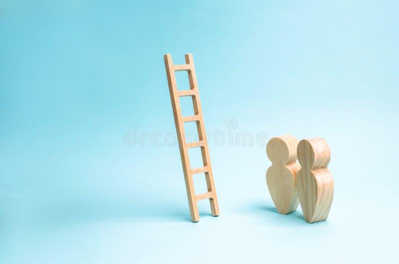 人们站立并且看台阶 对无处的梯子,事业梯子 促进在工作,事务,自我发展 库存照片