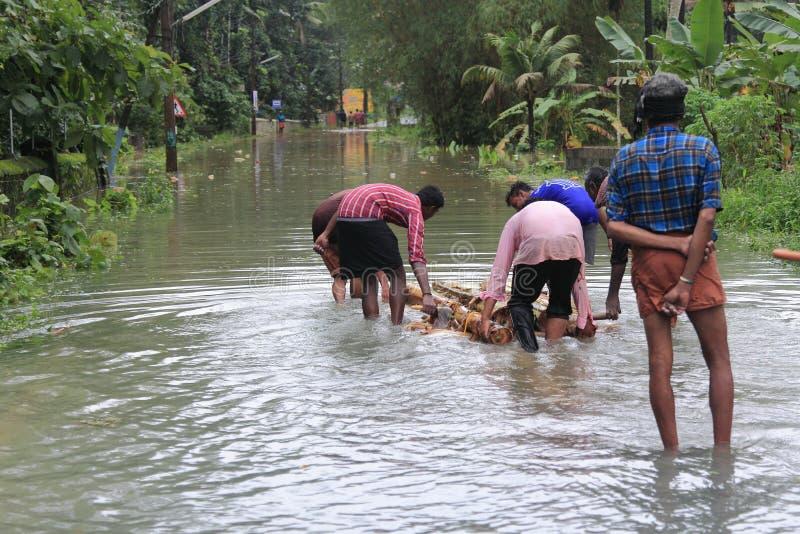 人们荡桨在被充斥的路的一艘香蕉树木筏 库存照片