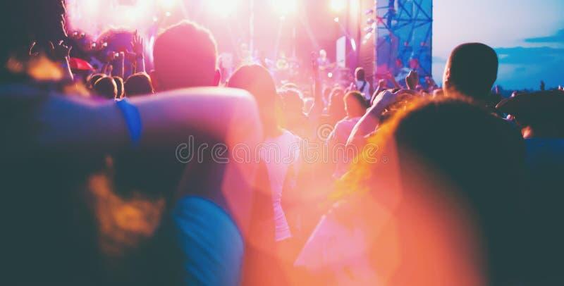 人们获得乐趣在音乐会 库存照片