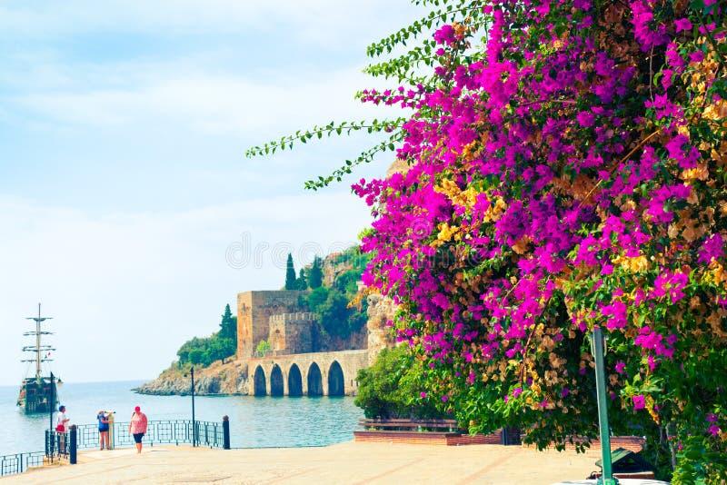 人们观看'阿拉尼亚城堡的Tersane'-造船厂古老建筑学  免版税库存图片