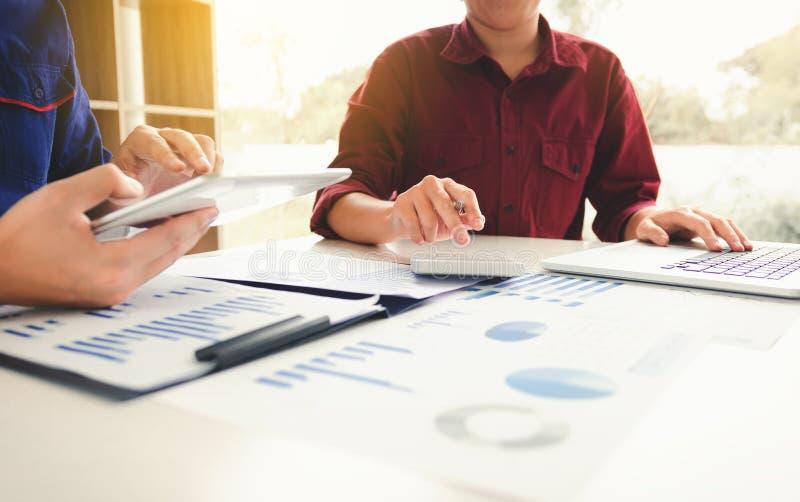 人们计算预算费用和分析财政在家庭offi 库存照片
