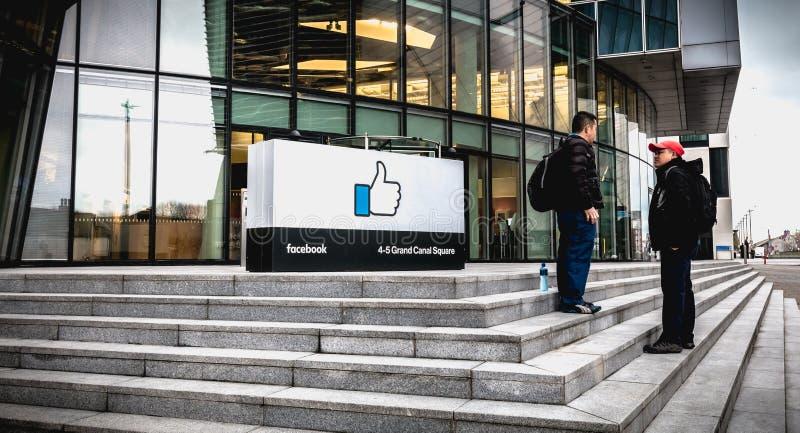 人们谈话在Facebook前面爱尔兰社会位子在都伯林 库存图片