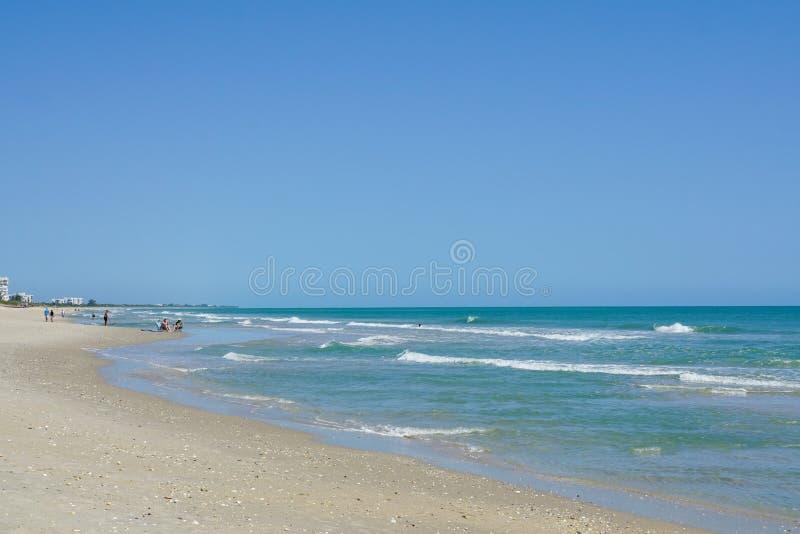 人们走和坐在北部哈钦森角海岛,佛罗里达上的海滩 库存图片
