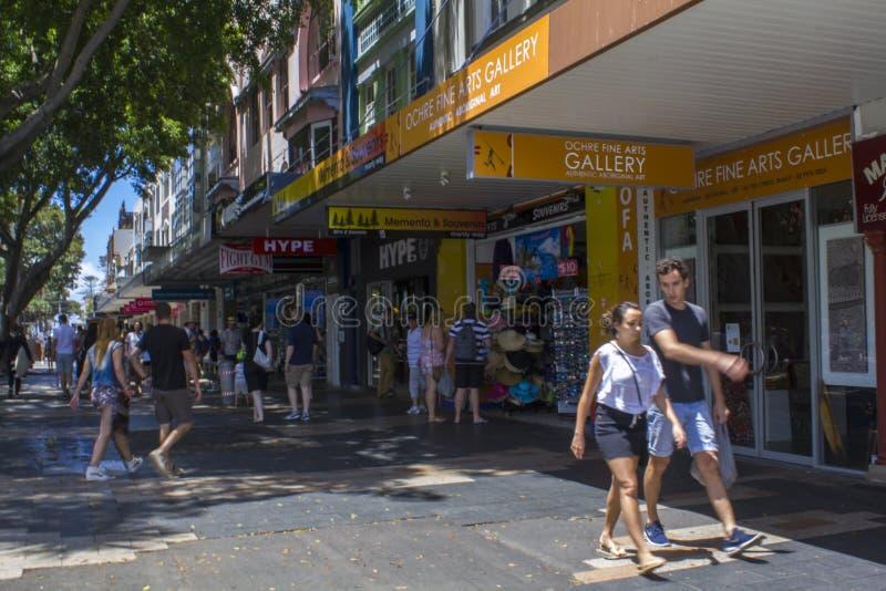 人们走在购物在男子气概的街道区域的,澳大利亚 库存图片