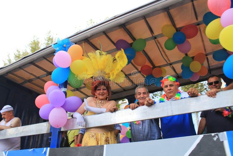 人们跳舞和有好时光在同性恋自豪日游行在贝尼多姆 免版税库存照片