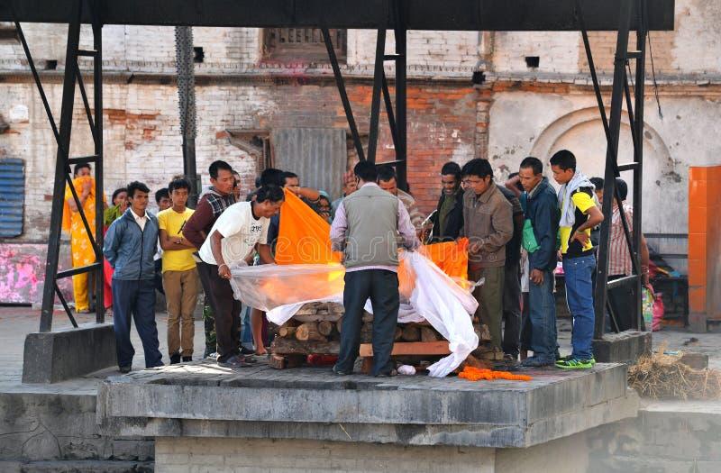 人体火葬在Pashupatinath,尼泊尔 免版税库存照片