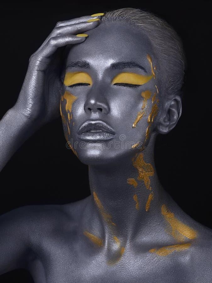 人体艺术 银色皮肤秀丽女孩 库存照片