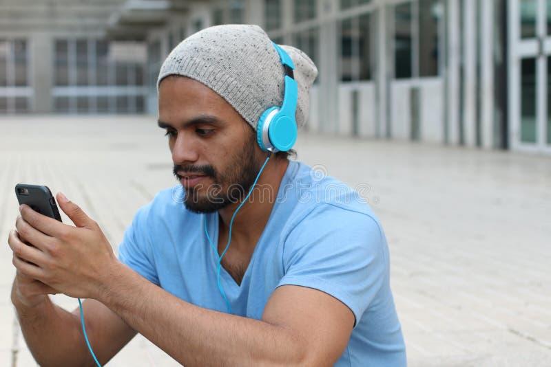 人佩带的耳机和听到音乐-储蓄图象 免版税库存照片