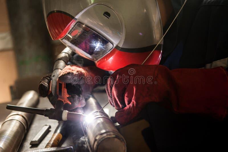 人佩带的面具焊接特写镜头在车间 免版税库存照片