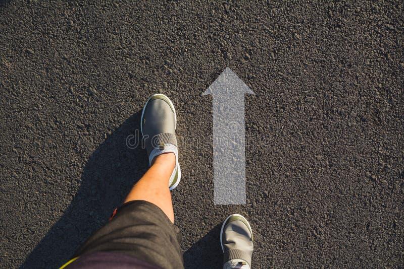 人佩带的鞋子顶视图选择方式的标记用箭头 免版税图库摄影