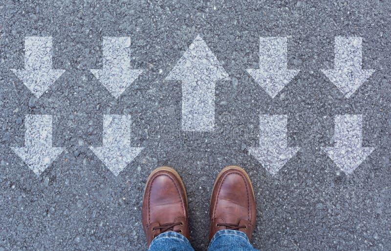 人佩带的鞋子顶视图选择方式的标记用箭头 库存图片