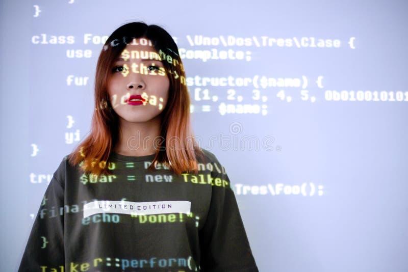 人使上瘾对智能手机技术概念 高中女孩被浸没对信息技术 免版税库存照片