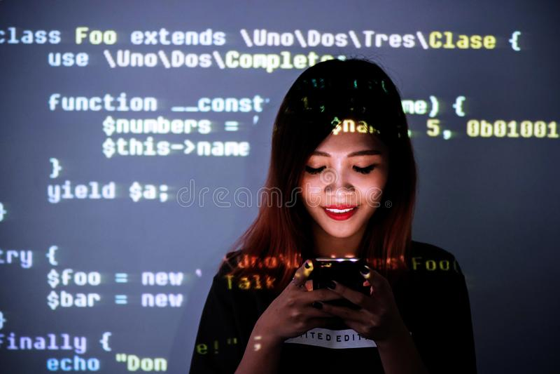人使上瘾对智能手机技术概念 高中女孩被浸没对信息技术 免版税图库摄影