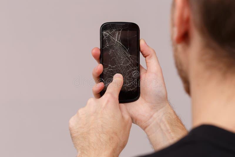 人使用一个残破的手机 特写镜头 回到视图 库存照片