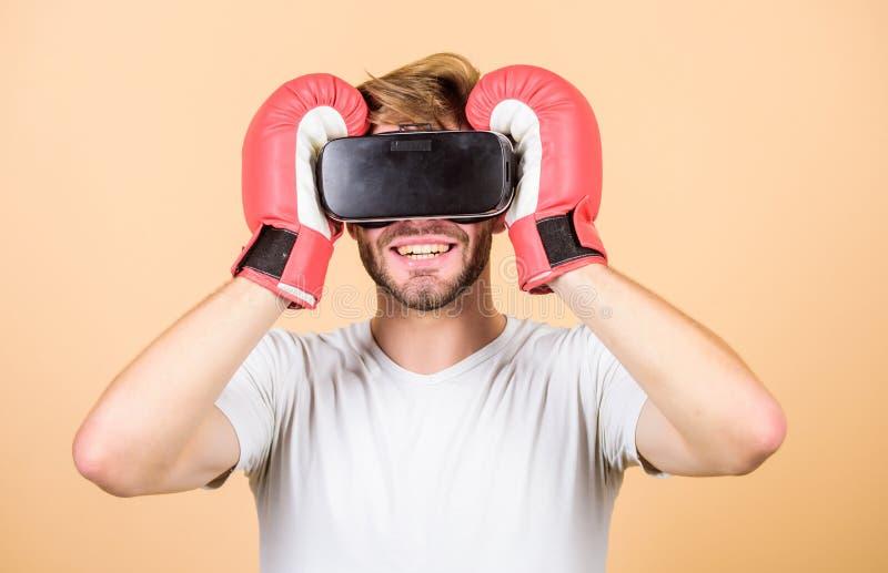 ?? 人使用新技术 vr拳击 未来创新 r 训练把装箱的比赛 在真正的拳击 免版税库存照片