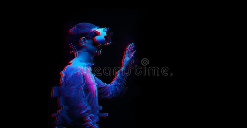 人使用虚拟现实耳机 与小故障作用的图象 免版税图库摄影