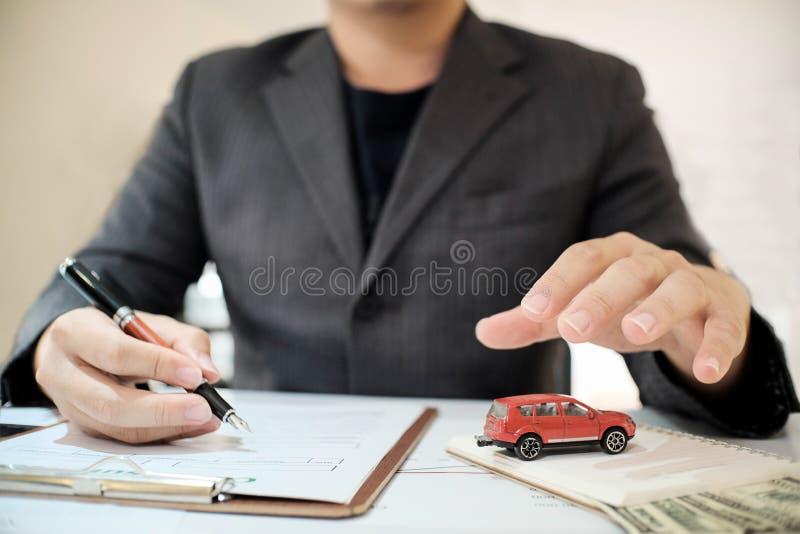 人保险经纪人提议保护您的汽车 库存图片