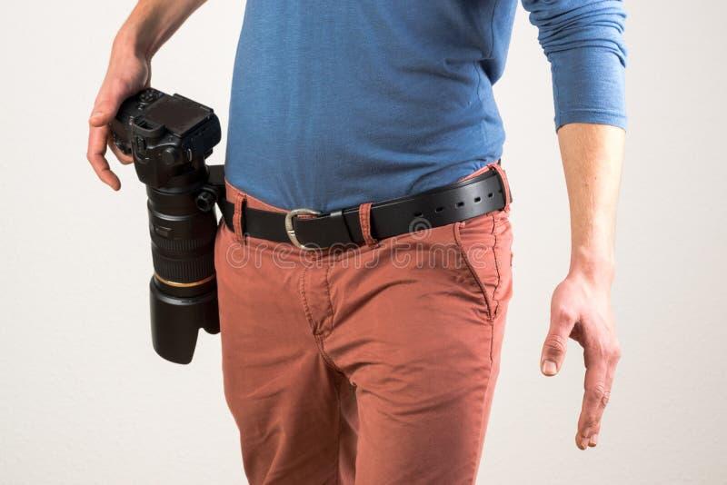 人修理了在他的传送带的一台照相机 库存照片